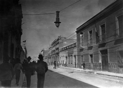 Gente camina por calles céntricas después de un bombardeo