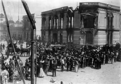 Gente se congrega en la calle de Balderas y Victoria