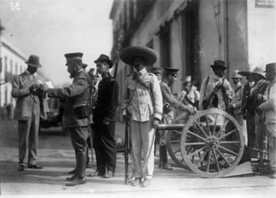 Militares en la calle Ancha hoy Luis Moya