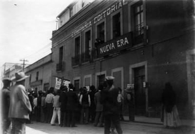Manifestación afuera de la compañía editorial la Nueva Era