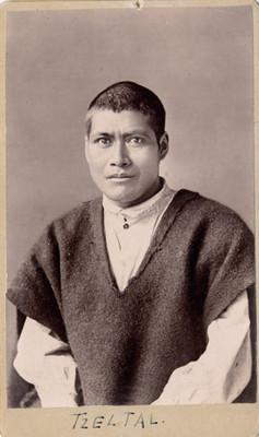 Hombre con indumentaria indígena Tzeltal