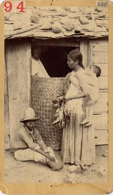 Familia nahua en la puerta de su casa