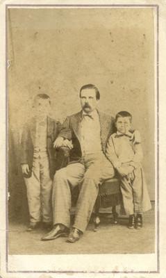 Hombre y sus dos hijos, retrato