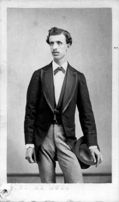 Hombre de pie con sombrero