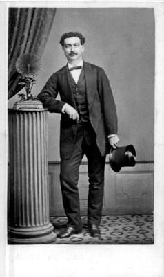Hombre de pie con sombrero de copa en la mano