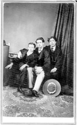 Retrato de tres jóvenes, sentados sobre un sillón