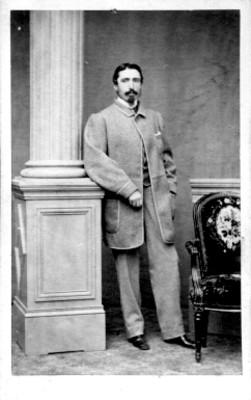 Hombre junto a columna y silla, tarjeta de visita