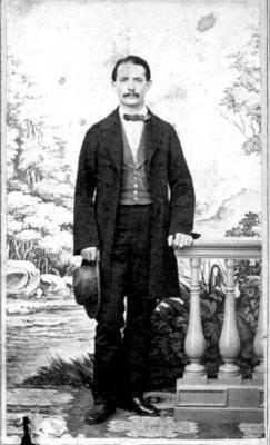 Hombre con sombrero en mano, tarjeta de visita