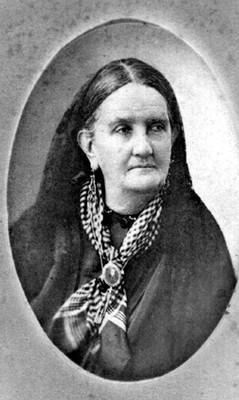 Mujer con pañoleta al cuello