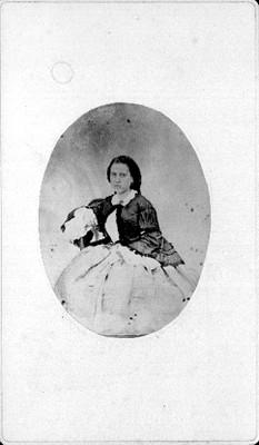 Mujer sedente, retrato de plano general