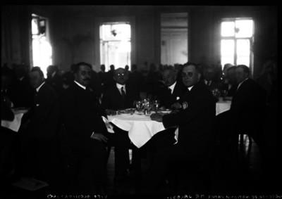 Jacobs acompañado de Blas Vito y otras personas durante un banquete