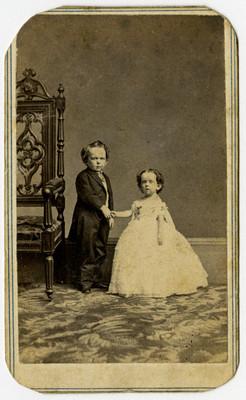 Pareja de niño y niña tomados de la mano, retrato
