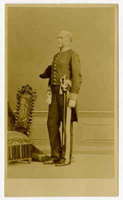 Hombre de pie con uniforme militar