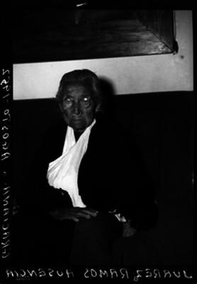Ausencia Graciana Juárez Ramos, nieta de Benito Juárez en una sala, retrato