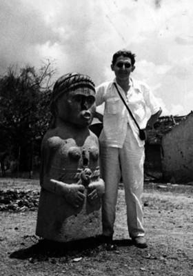 Felipe Teixidor, junto a escultura femenina prehispánica, retrato