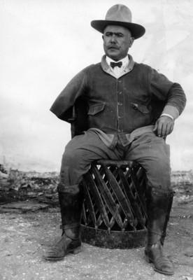 Álvaro Obregón sentado, retrato