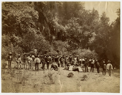 Justo Sierra y acompañantes en el campo