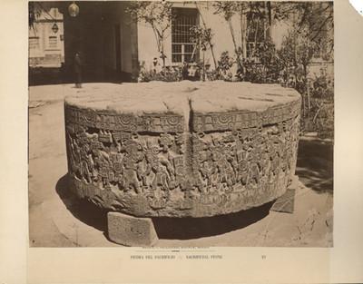 """Vista de un costado de la """"piedra de Tizoc"""""""