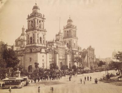 Gente en la fachada de la Catedral Metropolitana de México