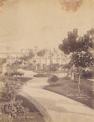Jardín del atrio [de la] Catedral de México