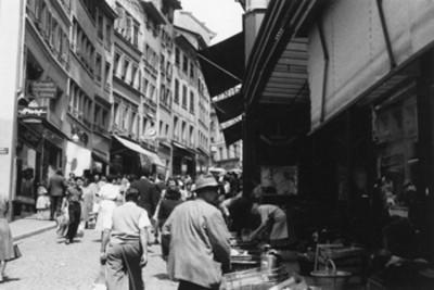 Lausana, Suiza, una calle en día de mercado