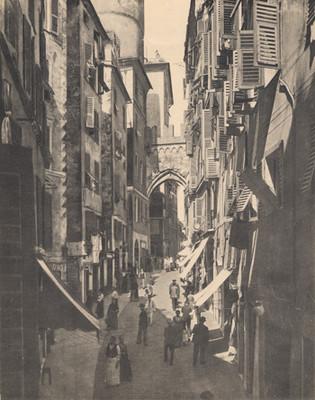 Calle con personas en Génova, Italia