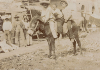 Niños montando un burro, retrato. Every Body's play fatlow