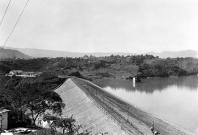 Vias de ferrocarril, junto a una presa