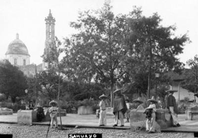 """Gente en la plaza de """"Sahuayo"""""""