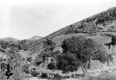 Arroyo y montaña, paisaje