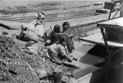 Mujeres lavando en el canal