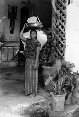 Tehuana vendedora de tostadas de pie, retrato