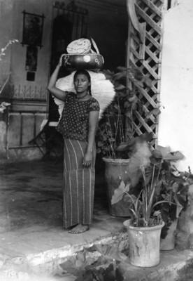 Tehuana vendedora de tostadas, de pie, retrato