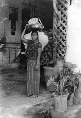 Tehuana, plano medio, de frente, retrato