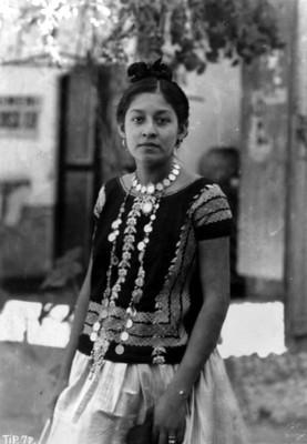 Tehuana joven, plano medio, 3/4, retrato