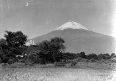 El Popocatépetl e iglesia de Sacromonte