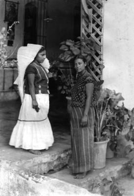 Mujeres con traje regional