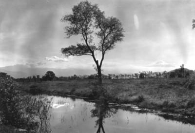 Iztaccihuatl y Popocatépetl desde un rio