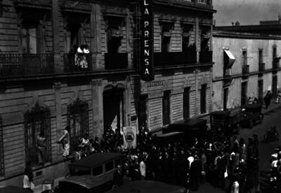 Cortejo fúnebre de Pablo Langarica al llegar a las oficinas de La Prensa
