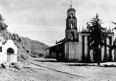 Iglesia junto a vías de tren, paisaje