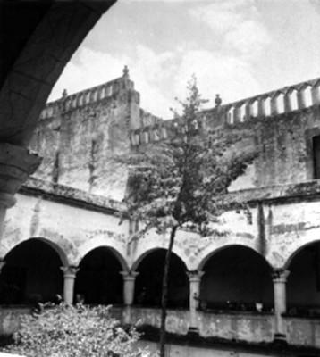 Vista parcial de los arcos del claustro y muros del Convento de San Martín Obispo