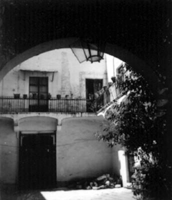 Patio y fachada en el interior de una casa