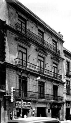 Vista frontal de la fachada de un edificio decorado con balcones