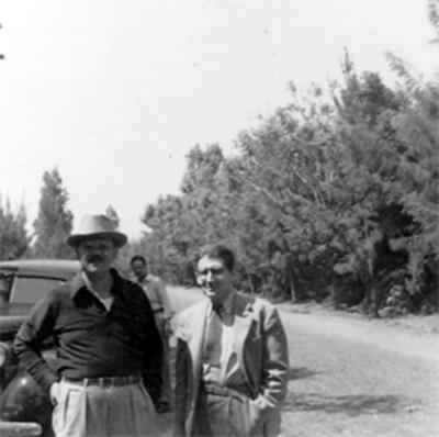 Felipe Teixidor y Efrain Buenrostro frente a un automóvil