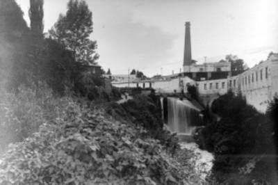 Vista de un canal de desagüe en un parque industrial