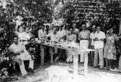 Grupo de trabajadores petroleros en una comida al aire libre, retrato