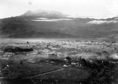 Panorámica del Pueblo de Amecameca y el volcán el Iztaccihuatl