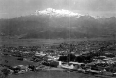Volcán Iztaccihuatl y pueblo de Amecameca, panorámica