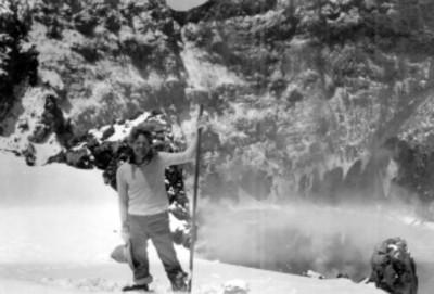 Hombre junto al cráter del volcán Iztaccíhuatl