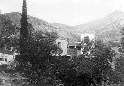 Vista de una casa dentro de una barranca